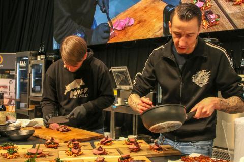 Hardcore Food! Sebastian Kapuhs und Torsten Pistole rocken die Bühnenshow. Hier richten sie einen saftigen Hirschrücken an.