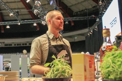"""Fabian Grimm, auch bekannt als """"hautgout"""", zeigte während des Wild Food Festivals, wie man leckere Wildwürstchen macht oder zarten Rehrücken sous vide gart."""